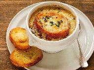 Рецепта Френска лучена супа от праз лук със сирене моцарела и коняк